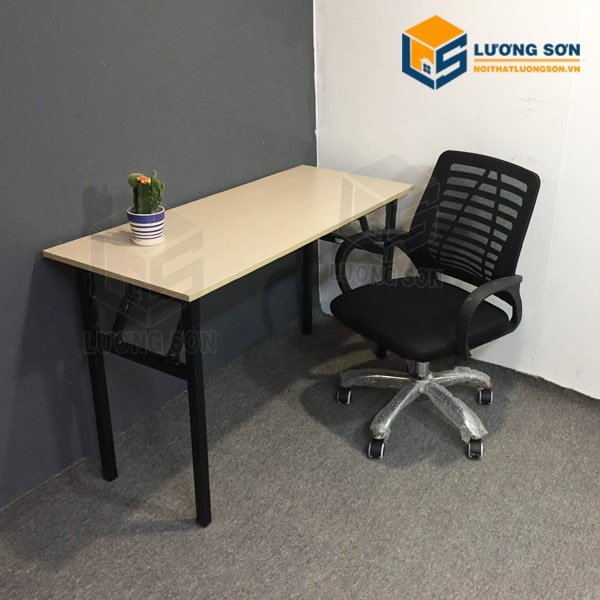 Bàn gấp chân sắt BCS09 thường kết hợp với ghế xoay văn phòng như ghế xoay G4006 có giá 530K