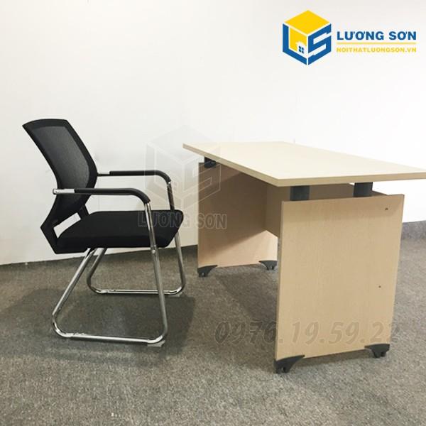 Bàn văn phòng hệ nâng Fami 1M2 - BLV04 thường được kết hợp với các loại ghế văn phòng như ghế xoa, ghế quỳ, ghế gấp....