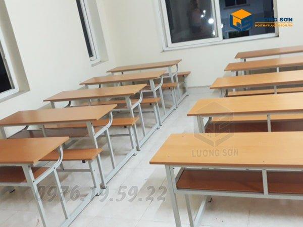 Bàn học sinh liền ghế không tựa - BHS01 thường xếp thành các dãy theo hàng dọc giúp tiết kiệm không gian