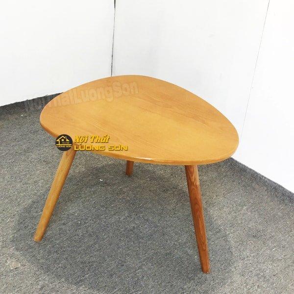 Mã sản phẩm: BT15  Kích thước: Đường kính D60  Chất liệu: Mặt bàn gỗ MDF phủ veneer màu vàng, chân gỗ tự nhiên.  Màu sản phẩm:Bàn màu vàng hình trái tim có kính trong phủ trên.  Bảo hành: 12 tháng  Giá chưa có VAT, vui lòng + 10% nếu có nhu cầu