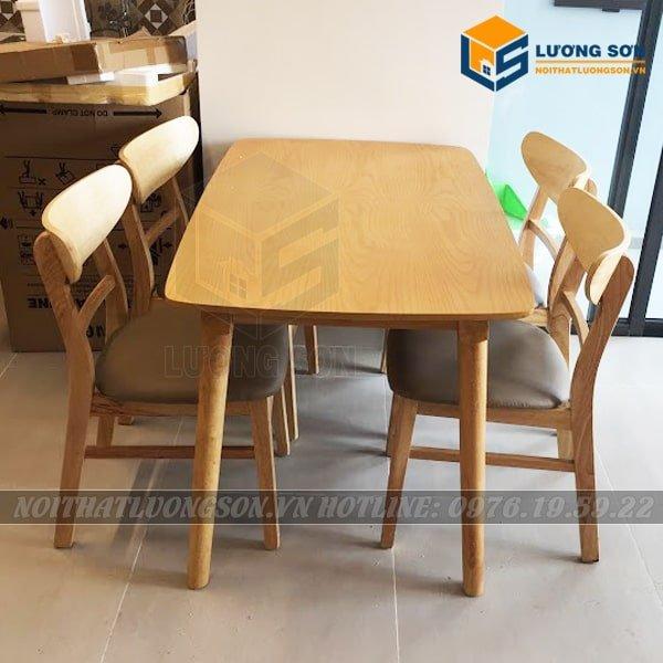 Bộ bàn ăn Mango 4 ghế màu tự nhiên - BA04 với tông màu gỗ cao su tự nhiên ánh vàng, thiết kế vô cùng bắt mắt