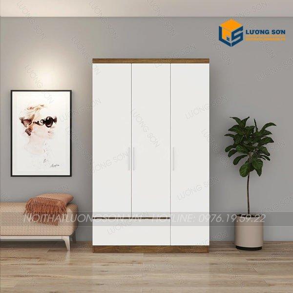 Hình dáng tủ dạng hình hộp chữ nhật gồm 3 cánh trắng mở tràn hồi kết hợp ngăn kéo nổi móc âm