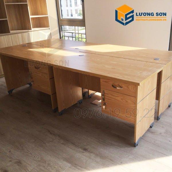 Bàn Nhân viên Hộc treoBLV12 thường được xếp cạnh nhau tạo thành 1 cụm bàn làm việc nhân viên