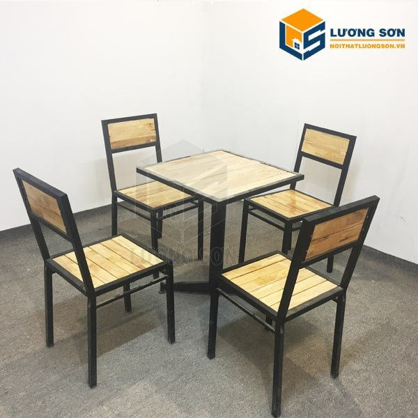 Bàn Ghế cafe 4 ghế gỗ cao su- BCF02 được sử dụng rộng rãi ở các quán ăn, nhà hàng, quán cafe