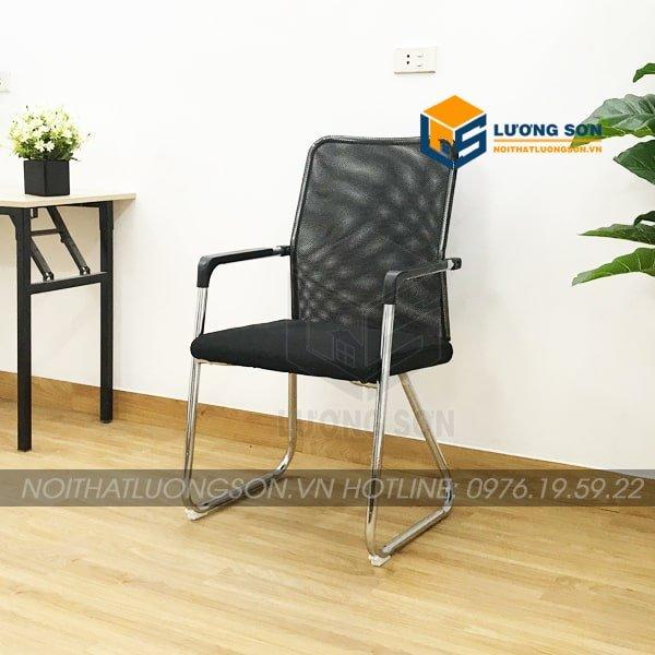 Ghế quỳ thường được kết hợp với bàn làm việc bằng gỗ, bàn làm việc chân sắt hoặc bàn họp