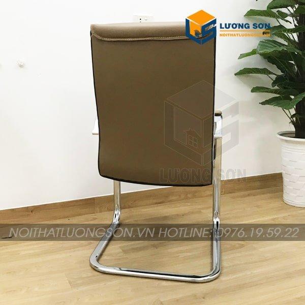 Dưới chân ghế có thêm một đế nhựa giúp chống trầy xước mặt sàn cũng như cân bằng lực cho ghế.