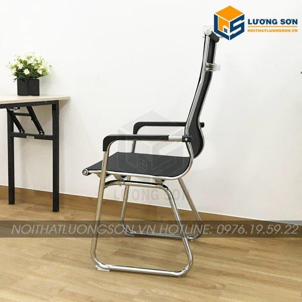 Tay ghế làm từ thép mạ crome sáng bóng bọc lưới chống trơn, chống hoen gỉ sau thời gian dài sử dụng