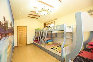 Hô biến không gian phòng ngủ rộng rãi hơn với giường sắt 2 tầng
