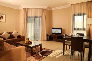 Có nên lựa chọn kệ tivi gỗ công nghiệp cho phòng khách hiện đại không?
