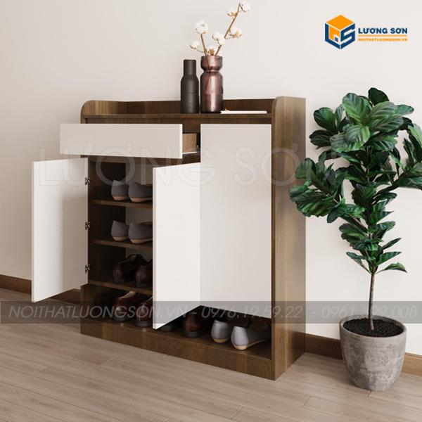 Tủ được thiết kế 1 ngăn kéo, 3 cánh mở, bên trong nhiều đợt để dày dép